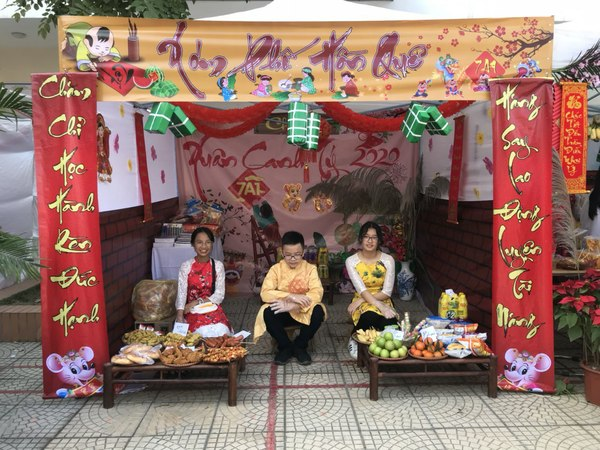 """Học sinh trường THCS Xuân Phương vui """"Hội chợ Xuân"""""""