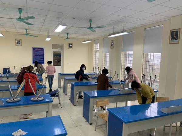 Sáng hôm nay (8/2/2020) Trường THCS Xuân Phương tiến hành tổng vệ sinh khử khuẩn toàn trường lần 2 bằng Cloramin B